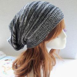 Frauen arbeiten Wolle gestrickte Mützen Hut