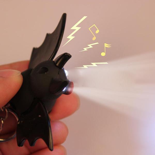 Lysande Ljud Cartoon Plast Bat Toy Hängande LED Nyckelring Ficklampor